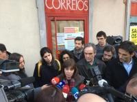Catarina Martins a falar à imprensa à porta dos CTT